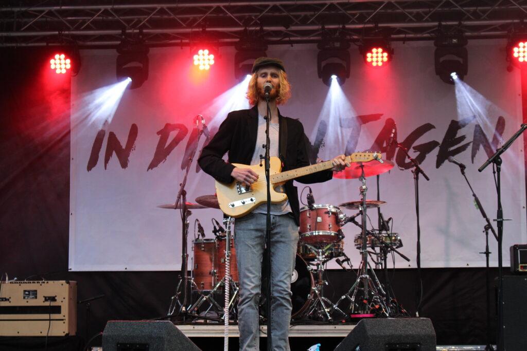 Buschmann liefert Gitarrenklänge mit Reverb und Fuzz – dazu dylanesque Texte.